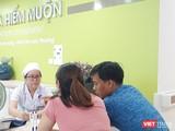 Một cặp vợ chồng đi khám tại Khoa Hiếm muộn (BV Hùng Vương)