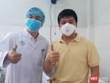 Bệnh nhân Li Zichao (28 tuổi, người Trung Quốc) bị dương tính với virus Corona mới được xuất viện. Ảnh: Nguyễn Trăm