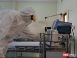 Bác sĩ xem xét các chỉ số sức khỏe của bệnh n nhân. Ảnh: Nguyễn Trăm