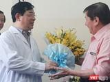 Việt kiều Mỹ liên tục cảm ơn BV Bệnh nhiệt đới đã tái tạo sự sống cho ông. Ảnh: Nguyễn Trăm