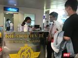 Hành khách được kiểm dịch y tế tại sân bay Tân Sơn Nhất. Ảnh: Toàn Trân