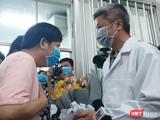 Ông Li Ding chia sẻ lòng biết ơn đến bác sĩ BV Chợ Rẫy cũng như đất nước Việt Nam tại buổi xuất viện, 12/2. Ảnh: Nguyễn Trăm