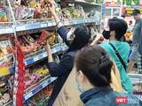 Trong đại dịch COVID-19, hàng hóa vẫn được cung cấp dồi dào, đảm bảo cho người dân nhưng bí thư Nguyễn Thiện Nhân khuyên bà con nên tiết kiệm khi mua sắm. Ảnh: Hòa Bình