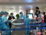 TP.HCM triển khai lấy mẫu xét nghiệm COVID-19 ngay tại sân bay vào tối 17/3. Ảnh: H.T