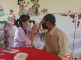 Bác sĩ trẻ khám bệnh cho người dân.