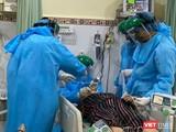 Bác sĩ BV Chợ Rẫy cấp cứu bệnh nhân nặng (Ảnh: BVCR)