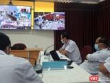 Bác sĩ BV Nhi đồng 1 hội chẩn từ xa ca bệnh nhi ở BV Sản nhi An Giang. (Ảnh: Nguyễn Trăm)
