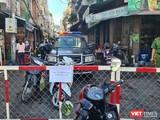 Lực lượng chức năng đang phong tỏa 1 con hẻm tại đường Nguyễn Đình Chiểu, quận 3 - nơi ca nhiễm sinh sống, buôn bán. Ảnh: HCDC