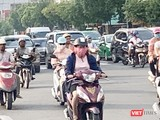 Hôm nay, người dân TP.HCM tiếp tục lưu thông trên đường trong không khí mù mịt