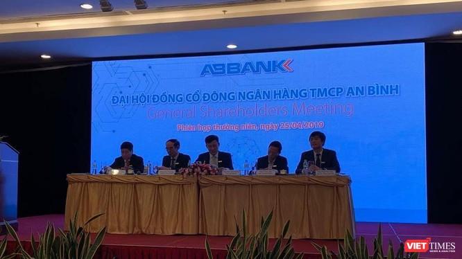 Ban Chủ tọa phiên họp ĐHĐCĐ thường niên năm 2019 của ABBank (Ảnh: VT)