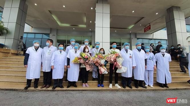 Các bác sĩ cùng Thứ trưởng Bộ Y tế Đỗ Xuân Tuyên chụp ảnh với 3 bệnh nhân khỏi bệnh (Ảnh: Minh Thúy)