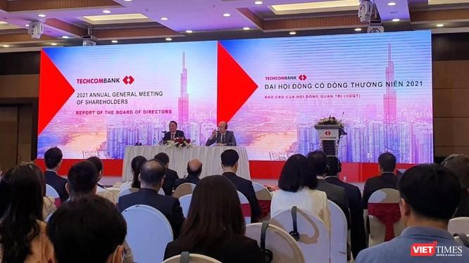 Ông Hồ Hùng Anh (bên trái) làm chủ toạ, điều hành ĐHĐCĐ thường niên năm 2021 của Techcombank