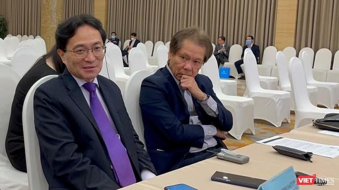 Đương kim Chủ tịch Eximbank Yasuhiro Saitoh (trái) và Thành viên HĐQT độc lập Lê Minh Quốc chia sẻ với phóng viên sau phiên AGM 2021 bất thành.