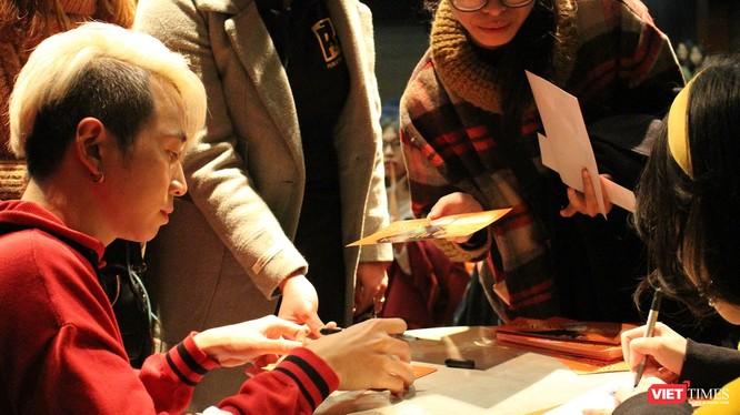 Ca sĩ Karik ký tặng fan hâm mộ
