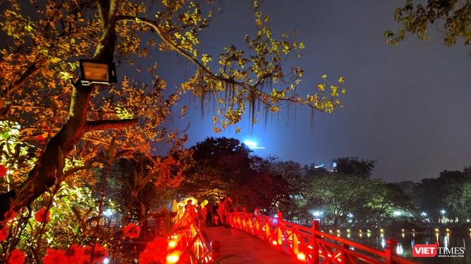 Cầu Thê Húc rực rỡ trong đêm giao thừa
