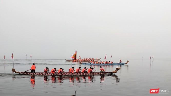 Lễ hội đua thuyền rồng đầu tiên tại Hà Nội thu hút hàng nghìn người đến xem