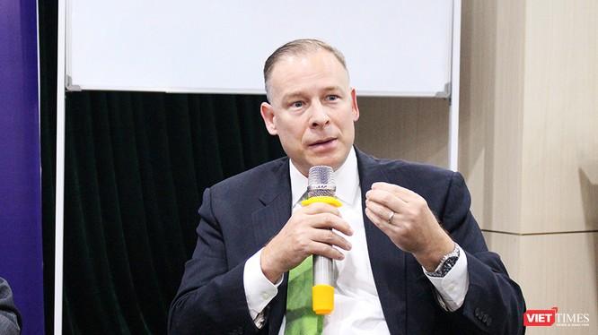 Ông Thomas Dougherty phát biểu tại Tọa đàm An ninh mạng: Kinh nghiệm quốc tế và Điều chỉnh chính sách ở Việt Nam (23/3). Nguồn: VietTimes