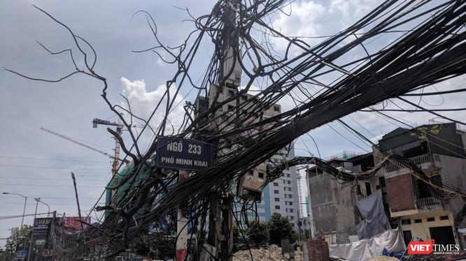 """Một cây cột điện có hình thù """"kỳ quái"""" trên đường Minh Khai."""