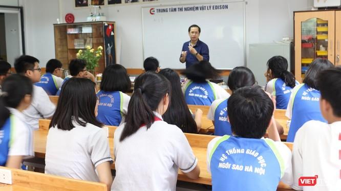 Học sinh chăm chú nghe giảng những kiến thức về vật lý trước khi bắt tay vào thực hành