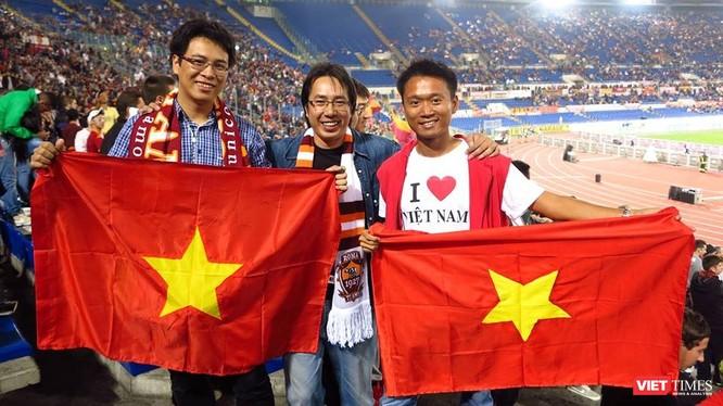 Nhà báo Trương Anh Ngọc (đứng giữa) tại SVĐ Olimpico trong trận đấu giữa Napoli và Roma, năm 2013. (Ảnh do nhân vật cung cấp)