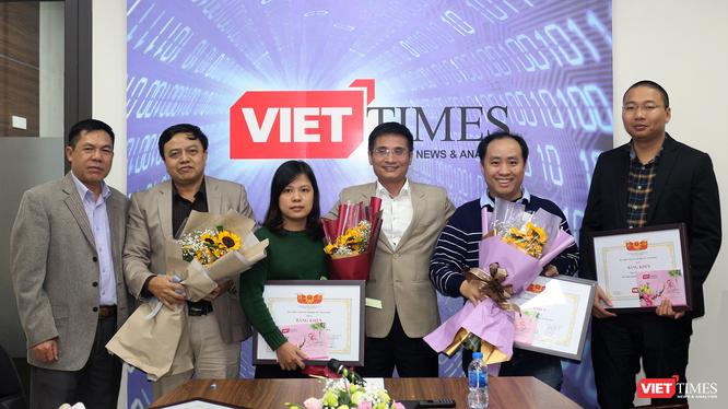Ban Lãnh đạo VietTimes trao Bằng khen cho các cá nhân có nhiều đóng góp cho sự phát triển của Tạp chí trong năm 2018.