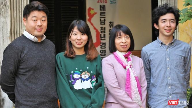 PGS TS Hoàng Anh Thi, ông Kim Bo Won và 2 học viên tại Trung tâm Ngôn ngữ và Văn hóa Việt Nam.
