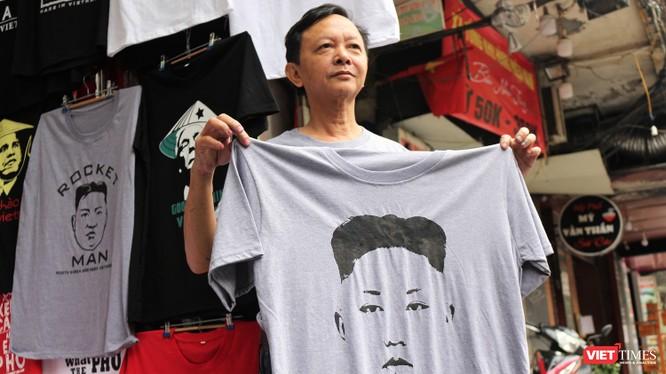 """Ông Trương Thanh Đức, tác giả cũng những chiếc áo """"hàng độc"""" in hình Tổng thống Donald Trump và Chủ tịch Triều Tiên Kim Jong Un."""