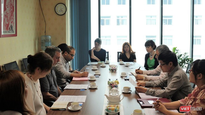 Toàn cảnh buổi trao đổi, chia sẻ kinh nghiệm giữa đoàn viên chức tương lai của Đại sứ quán Mỹ và lãnh đạo Hội Truyền thông số Việt Nam.