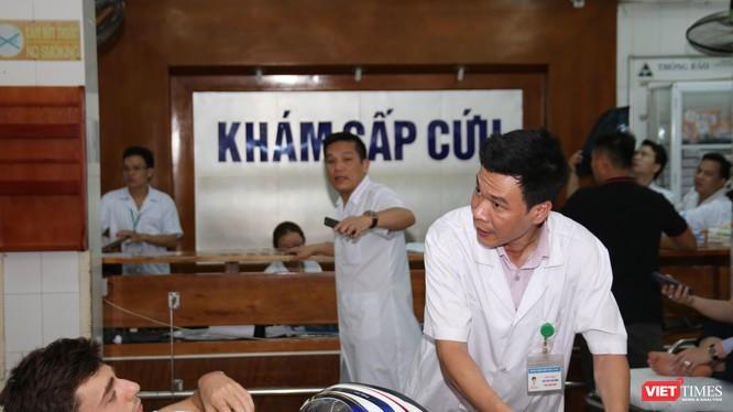 Bác sĩ BV Việt Đức cấp cứu cho bệnh nhân người Pháp bị tai nạn giao thông