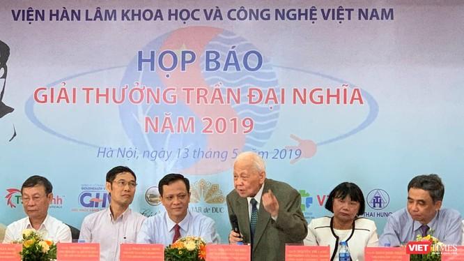 GS.VS. Nguyễn Văn Hiệu - Ủy viên thường trực Hội đồng Giải thưởng trao đổi với báo giới