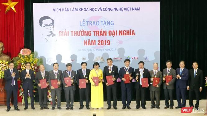 Phó Thủ tướng Vũ Đức Đam và Bộ trưởng Bộ KH&CN Chu Ngọc Anh trao Giải thưởng Trần Đại Nghĩa cho 10 nhà khoa học