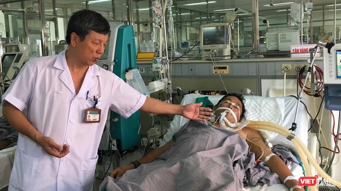GS. Nguyễn Gia Bình - Chủ tịch Hội Hồi sức - cấp cứu Việt Nam điều trị cho nạn nhân bị ung thư gan do uống nhiều rượu