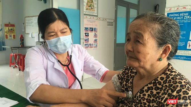 Khám bệnh cho người dân tại một Trạm Y tế xã