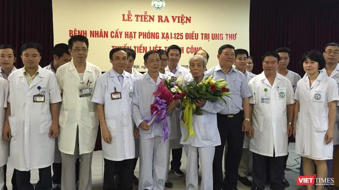 Tiễn 2 bệnh nhân tiền liệt tuyến điều trị bằng cấy phóng xạ ra viện