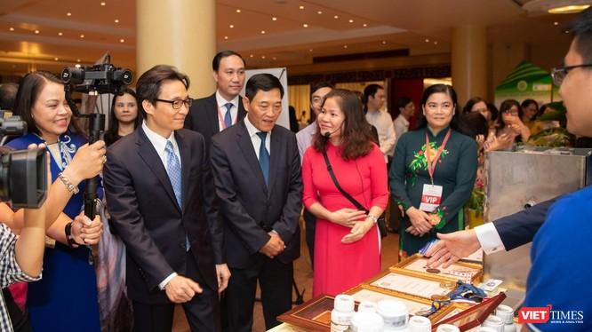 """Phó Thủ tướng Vũ Đức Đam và Thứ trưởng Bộ KH&CN Trần Văn Tùng tham quan triển lãm """"Khát vọng khởi nghiệp xanh"""""""