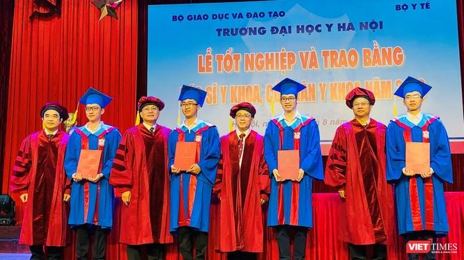 Lãnh đạo Trường Đại học Y Hà Nội trao Bằng cho các bác sĩ và cử nhân y khoa