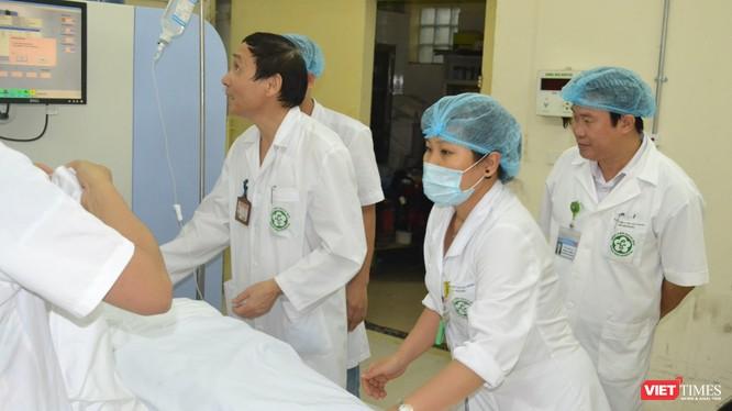 GS.TS. Mai Trọng Khoa (đứng giữa) đang áp dụng các phương pháp điều trị hiện đai cho bệnh nhân ung thư