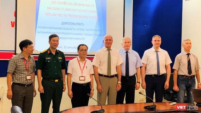 Các nhà khoa học tên tuổi của Nga và lãnh đạo Trường Đại học Y Hà Nội, đại diện Bộ Tư lệnh Bảo vệ Lăng Chủ tịch Hồ Chí Minh