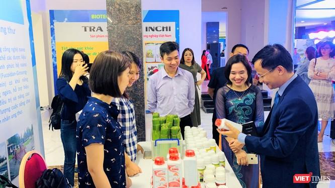 Nơi trưng bày sản phẩm của Viện Hàn lâm KH&CN VIệt Nam thu hút sự chú ý của mọi người