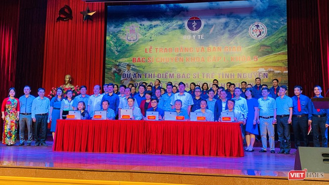 Bà Nguyễn Thúy Anh – Chủ nhiệm Ủy ban các Vấn đề Xã hội của Quốc hội, đại diện Bộ Y tế, Trường Đại học Y Hà Nội và các BV tại lễ bàn giao các bác sĩ trẻ tình nguyện về các vùng khó khăn