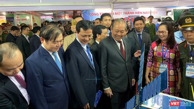 Phó Thủ tướng Trương Hòa Bình và GS. Phan Ngọc Minh -Phó Chủ tịch Viện Hàn lâm KH&CN Việt Nam cùng các đại biểu tham quan mô hình vệ tinh của Việt Nam sẽ phóng vào vũ trụ đầu năm 2020