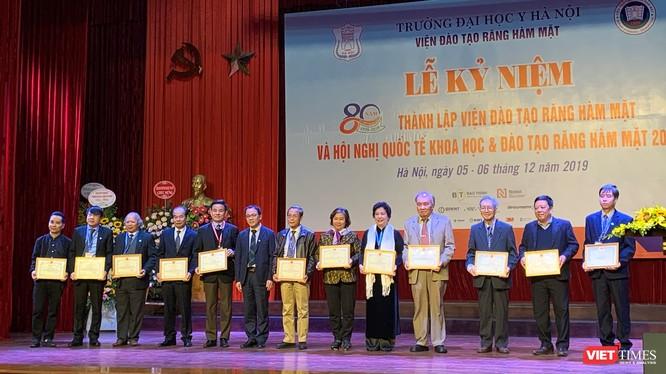 GS. TS Tạ Thành Văn - Hiệu trưởng Trường Đại học Y Hà Nội - trao Giấy khen cho các cá nhân có đóng góp tiêu biểu trong quá trình xây dựng và phát triển Viện Đào tạo RHM.