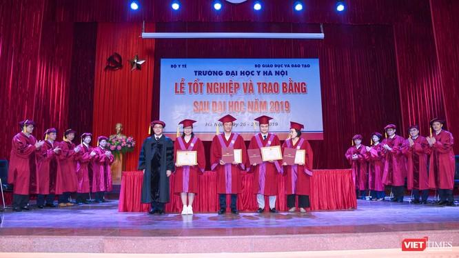 GS.TS. Tạ Thành Văn - Hiệu trưởng Trường Đại học Y Hà Nội - trao Giấy khen cho các tân bác sĩ chuyên khoa II xuất sắc