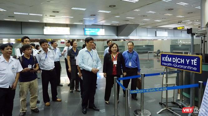 Lãnh đạo Bộ Y tế và Sở Y tế Hà Nội kiểm tra công tác phòng dịch ở cửa khẩu quốc tế Nội Bài (ảnh: Huynh Nguyễn)