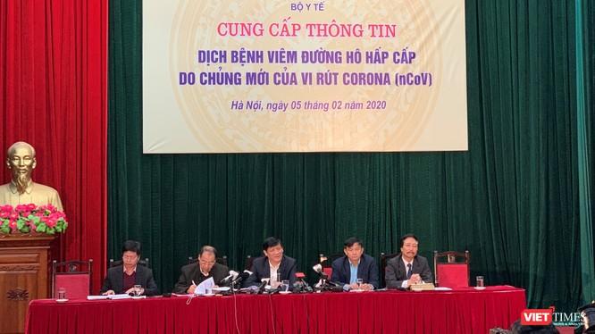 Thứ trưởng Bộ Y tế Nguyễn Thanh Long chủ trì họp báo về dịch do virus Corona (ảnh: Thanh Hằng)