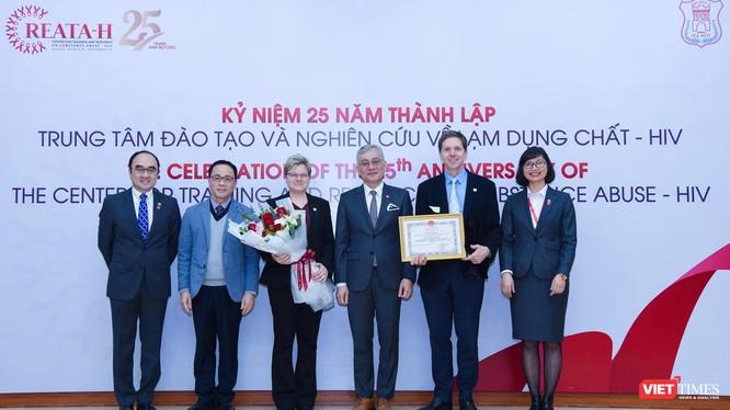 GS.TS. Tạ Thành Văn trao Bằng khen của Bộ Y tế cho Trung tâm vì những đóng góp trong việc cung cấp bằng chứng mở rộng điều trị nghiện thuốc phiện bằng thuốc buprenorphine ở Việt Nam