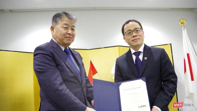 GS. Yamazaki -Hiệu trưởng Đại học Kanazawa – trao bằng Giáo sư danh dự cho GS Tạ Thành Văn - HIệu trưởng Trường Đại học Y Hà Nội