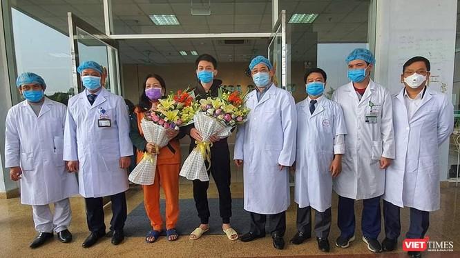 Hai bệnh nhân được xuất viện sáng nay và các y bác sĩ Bệnh viện Bệnh Nhiệt đới Trung ương. Ảnh: Minh Thúy