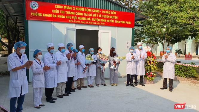 2 bệnh nhân COVID-19 được y tế tuyến huyện Vĩnh Phúc điều trị thành công đã ra viện vào chiều 18/2