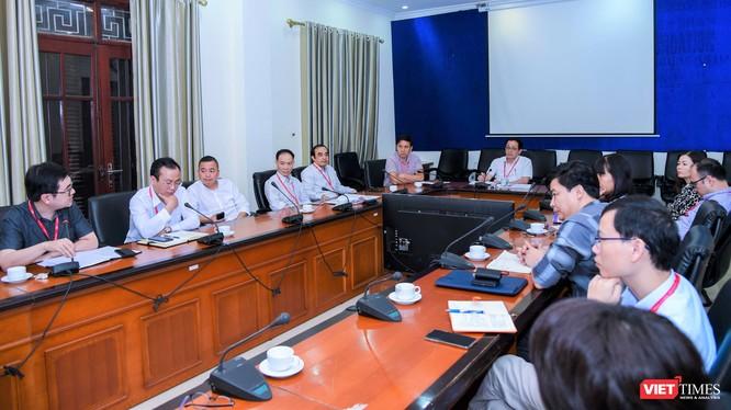 Ban Chỉ đạo phòng, chống dịch COVID-19 Trường Đại học Y Hà Nội họp đột xuất dưới sự chủ trì của GS. Tạ Thành Văn - Hiệu trưởng của Trường